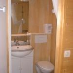 5: la salle d'eau avec douche, wc, lavabo