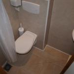 12:  Salle de bain du Petit Ecureuil avec wc, douche et lavabo