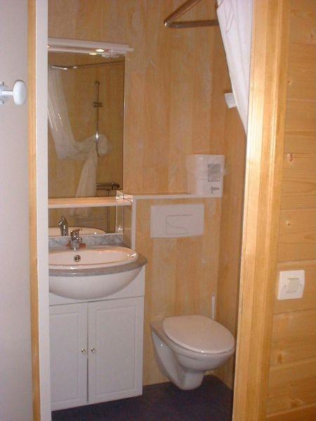 combin douche wc lavabo design la maison. Black Bedroom Furniture Sets. Home Design Ideas